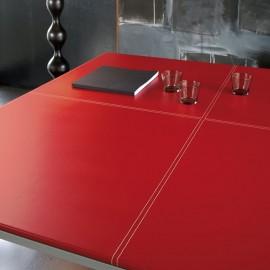 Table de Réunion Design Corium de MDD en croûte de cuir rouge.