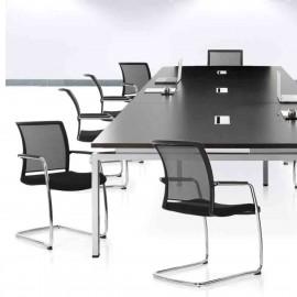 Salle de réunion avec des chaises visiteur design et ergonomiques PassPort de Viasit en coloris noir